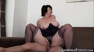 Mature babe pussy filled up..