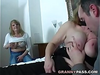 Old slut mom fucks real..